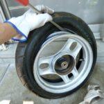 通常30分の作業が5分で終わる!?バイクのタイヤをつるんと剥くコツ大公開!<取外し編>
